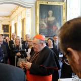 Arcibiskup pražský Dominik kardinál Duka OP vítá účastníky mše v Arcibiskupském paláci.