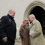 Hugo hrabě Mensdorff-Pouilly (vpravo) před kostelem Obrácení sv. Pavla.
