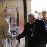 Hlavní svolavatel semináře  Jan Drocár ze společnosti Rodro vítá ve dveřích Poslanecké sněmovny 36. arcibiskupa pražského, 24. primase českého  Dominika kardinála Duku O.P.