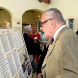 Karel kníže Schwarzenberg si prohlíží  seznam signatářů, kteří v roce 1938 a 1939 podepsali šlechtická prohlášení.