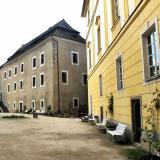 Nádvoří blatenského zámku, vzadu Bavorovský palác.