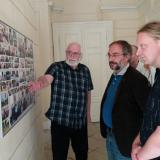 Genealog Jan Drocár předstasvuje zástupcům boskovického muzea jednotlivé panely.