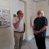 Dominik Blažek, syn sestry Hugo Mensdorffa Terezie (*1934 †2000),který boskovická zámek v současné době spravuje, s autorem rodokmenů Janem Drocárem.
