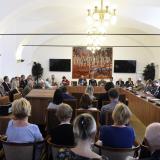 """Účastníci semináře """"Šlechta v boji  za českou státnost"""" se sešli ve sněmovních prostorách Konírna a Dvorana, které se nacházejí v areálu Šternberského paláce."""