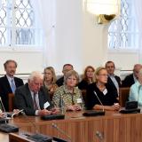 V první řade zleva Hugo hrabě Mensdorff-Pouilly, Diviš hrabě Czernin, Adrienne hraběnka Korff-Schmising-Kerssenbrocková, Kristina Aschermannová, rozená hraběnka  Korff-Schmising-Kerssenbrocková, Zdislava hraběnka Dobrzenská-Crombie, Drihá řada zleva Polyxena hraběnka Czerninová rozená princezna z Lobkowicz, František hrabě Schlik, Ursula hraběnka Czerninová, Jindřich Aschermann, Magdalena hraběnka Bubna-Litic a její manžel Dominik hrabě Bubna-Litic, Jaroslav kníže Lobkowicz a Michal Dujka.